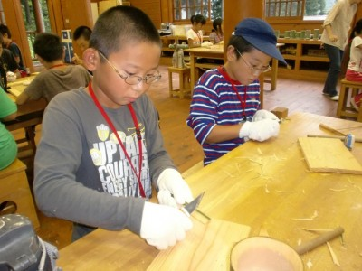 竹とんぼ作り  太い竹をどんどん削っていきます
